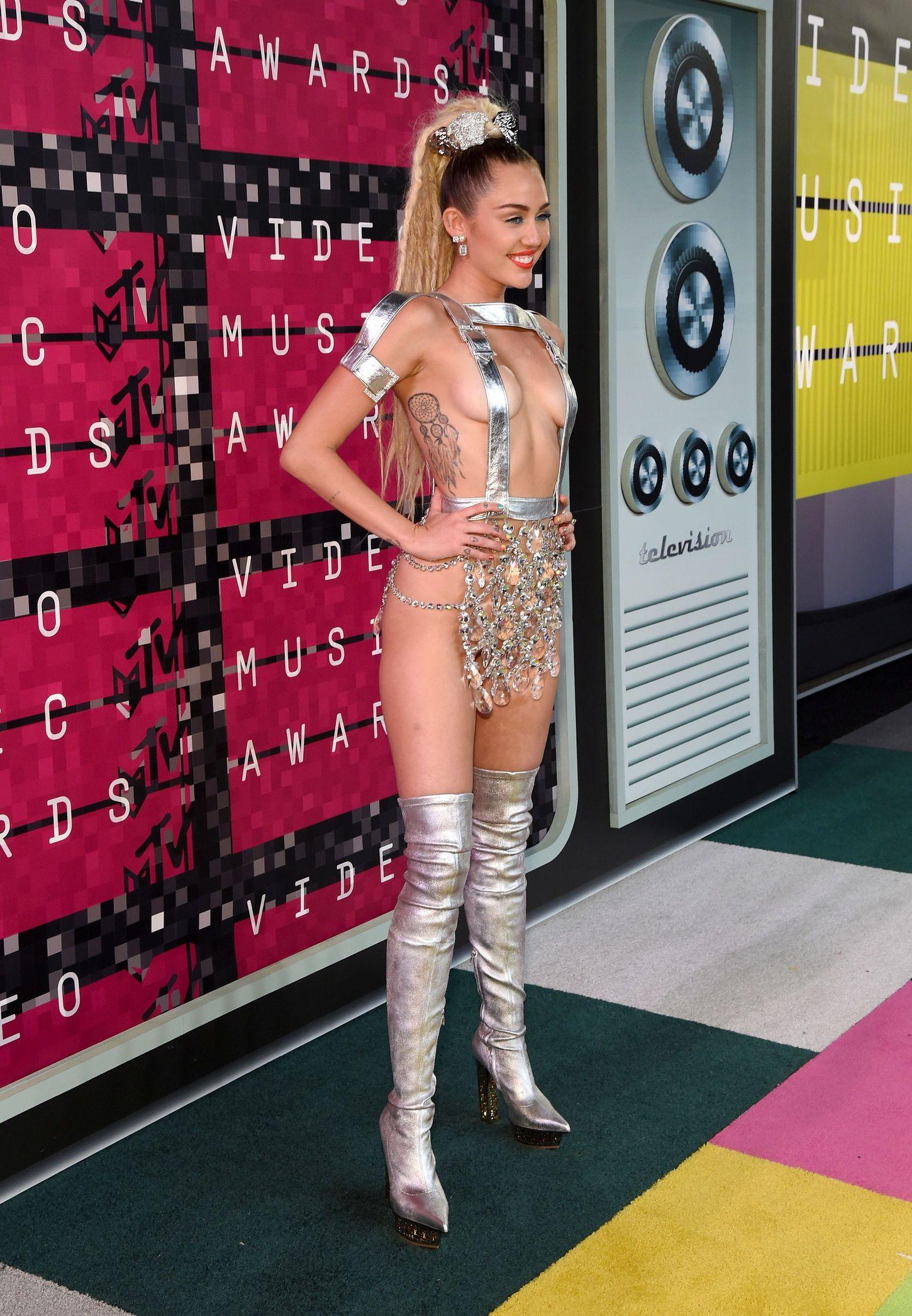 Miley-Cyrus-Sexy-112