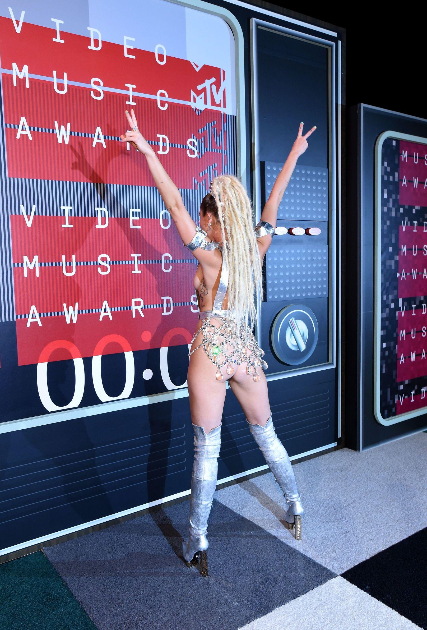 Miley-Cyrus-Sexy-1211