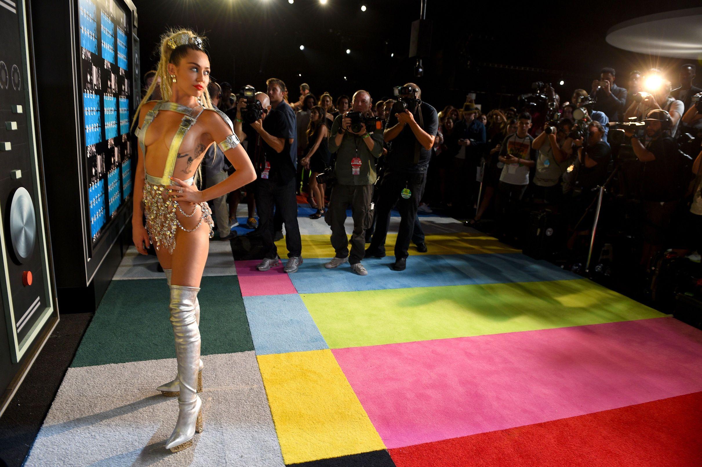 Miley-Cyrus-Sexy-153