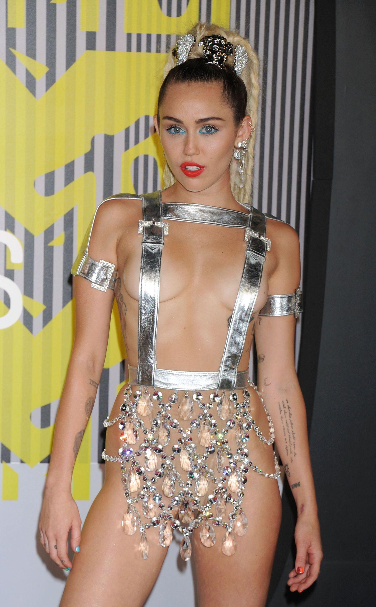 Miley-Cyrus-Sexy-171