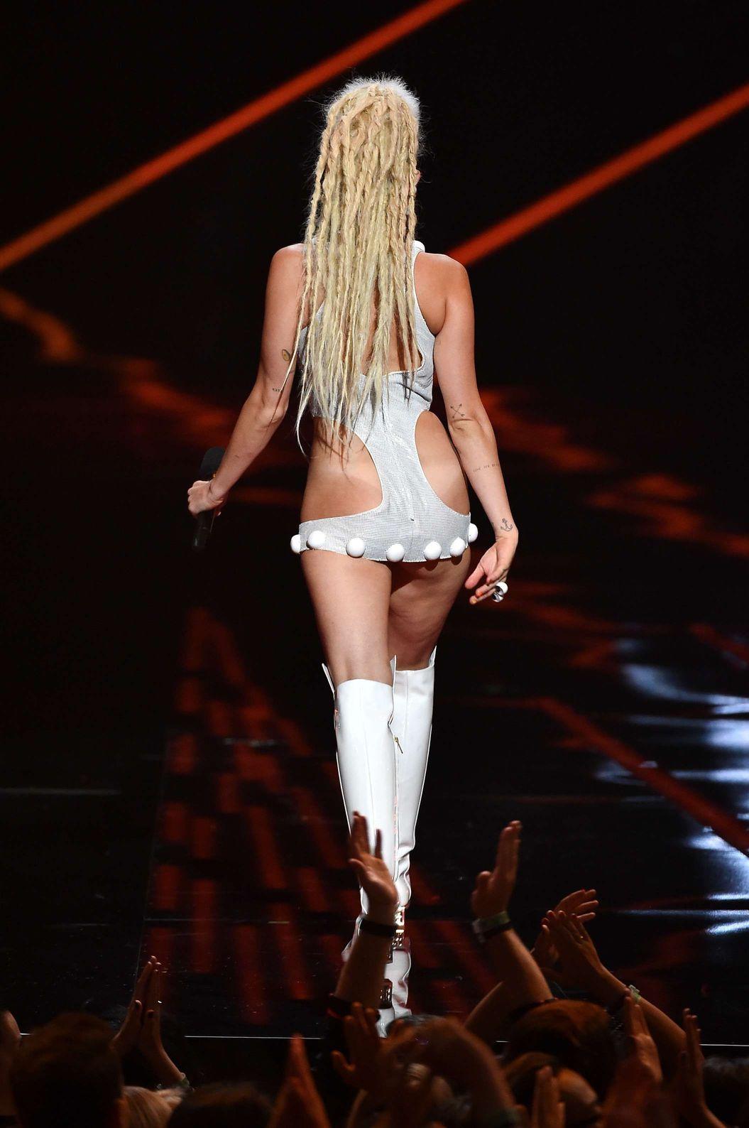 Miley-Cyrus-Sexy-19