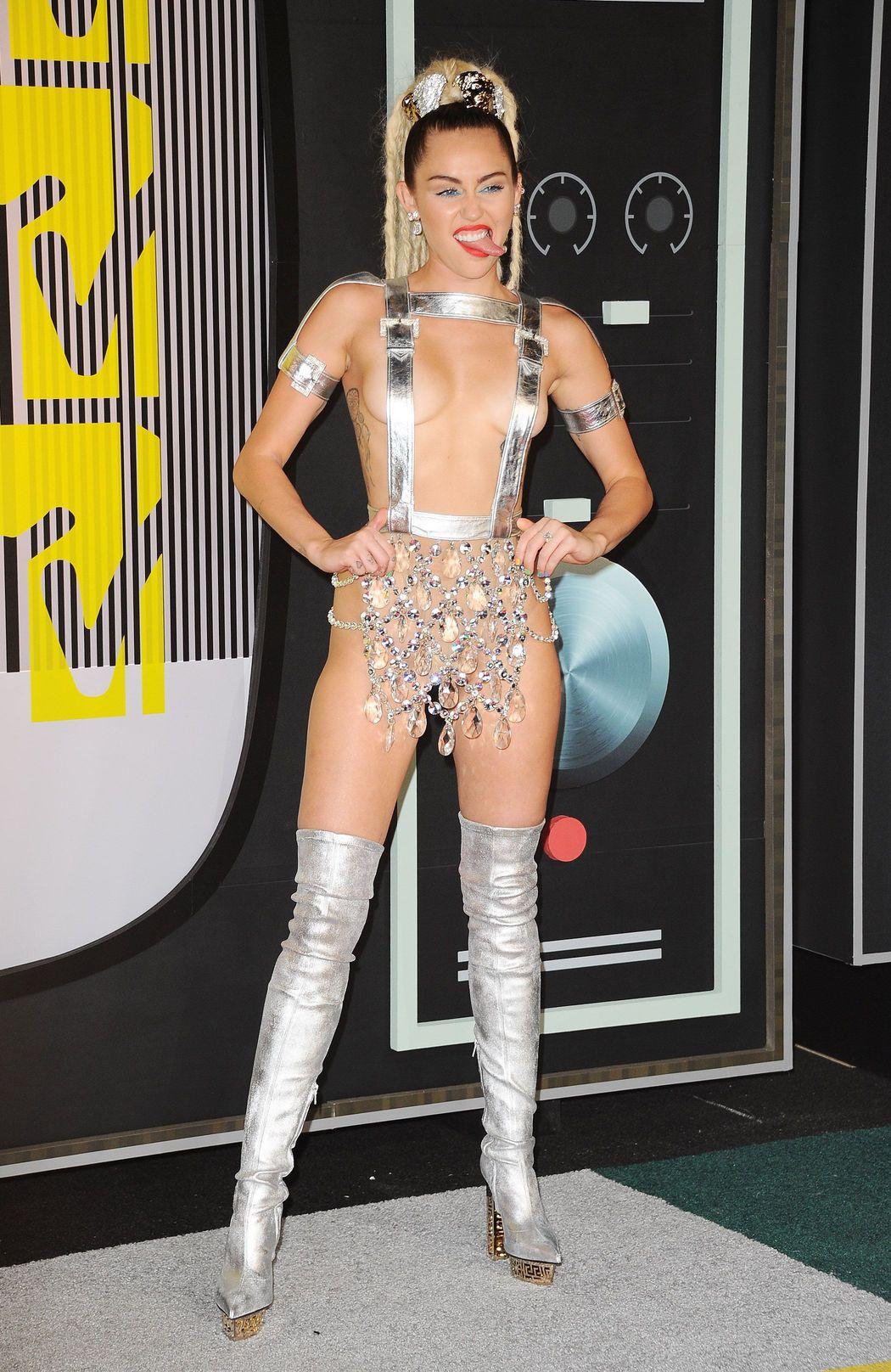 Miley-Cyrus-Sexy-27