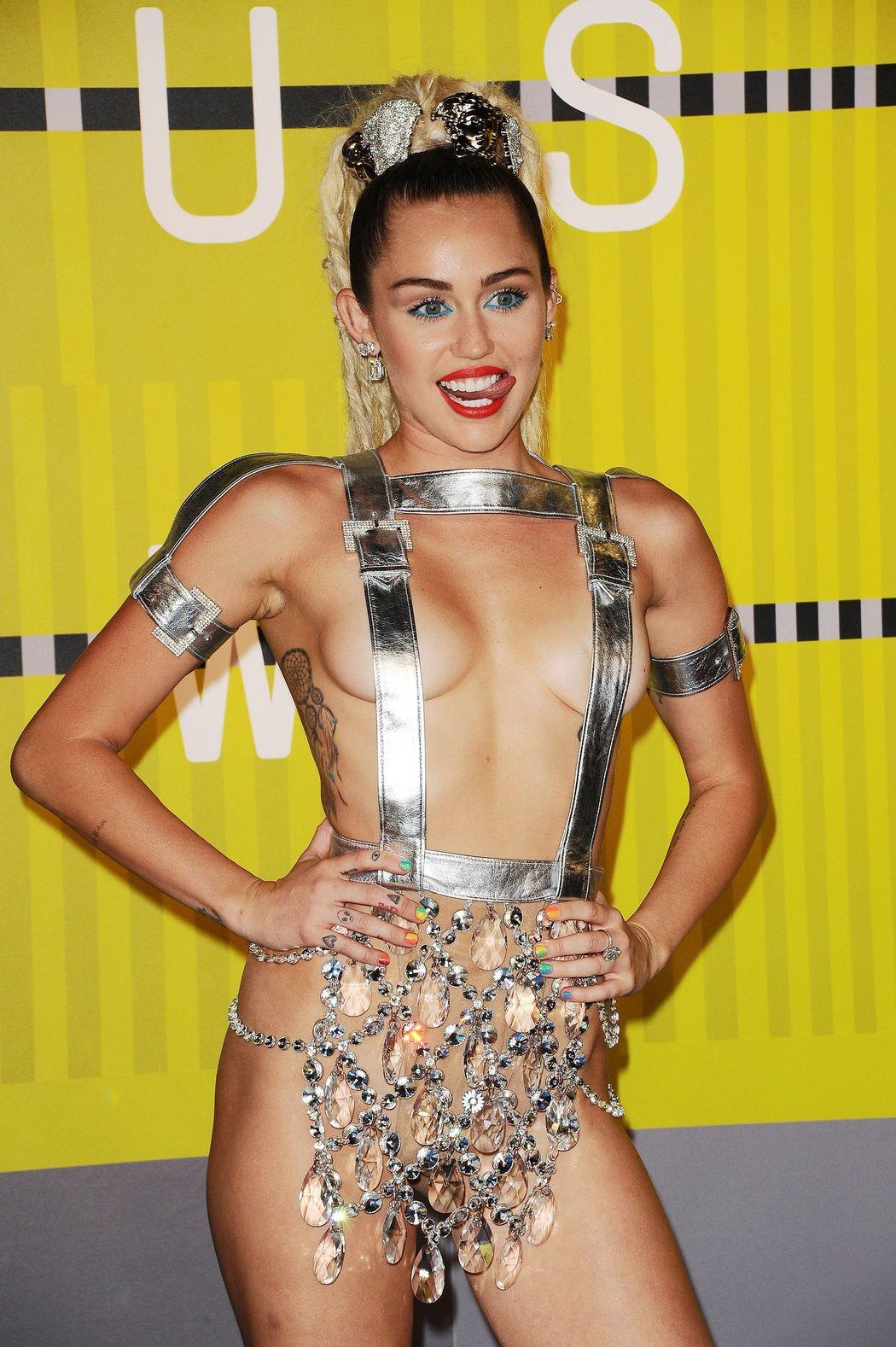 Miley-Cyrus-Sexy-36