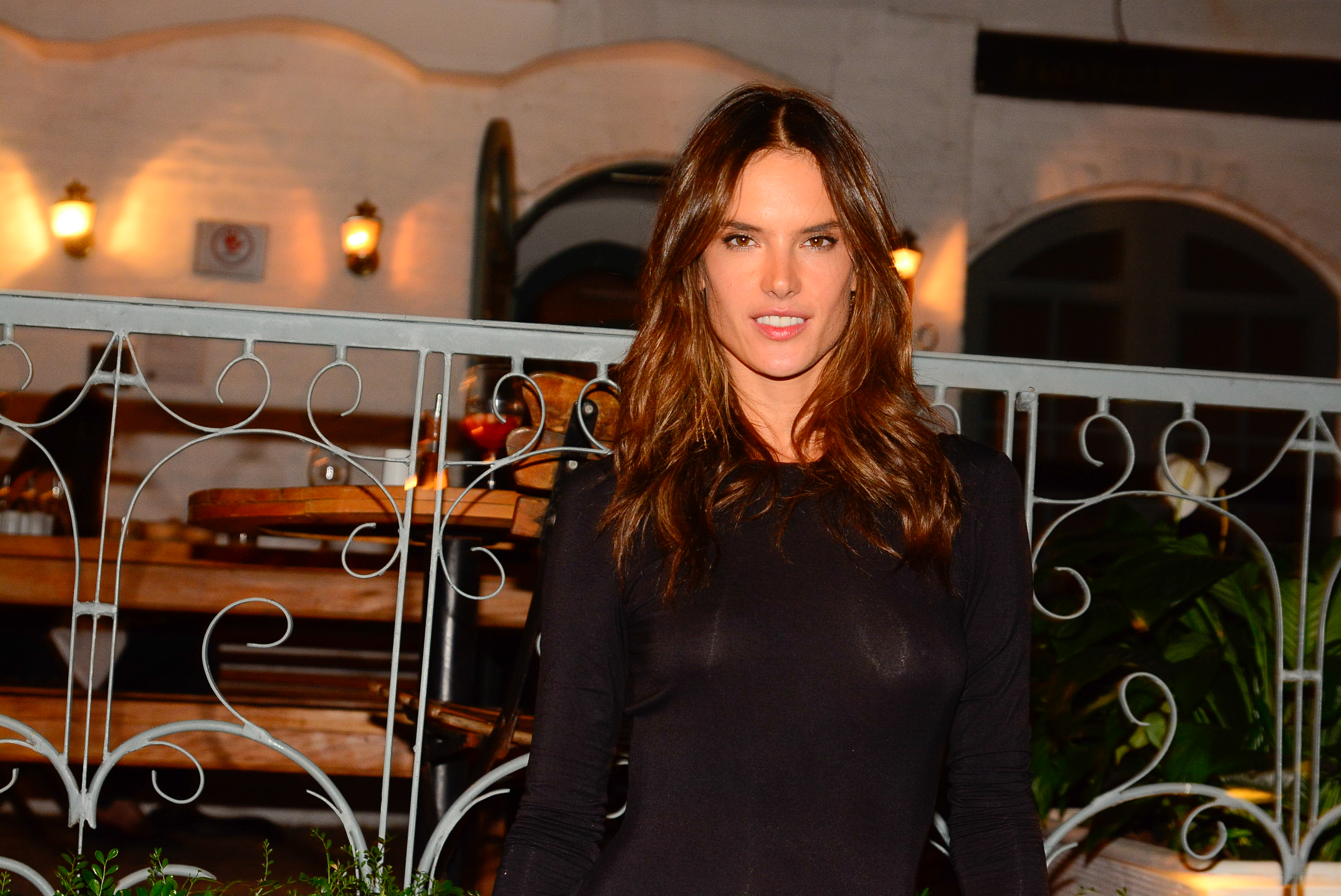 Alessandra Ambrosio Braless photos  (3)