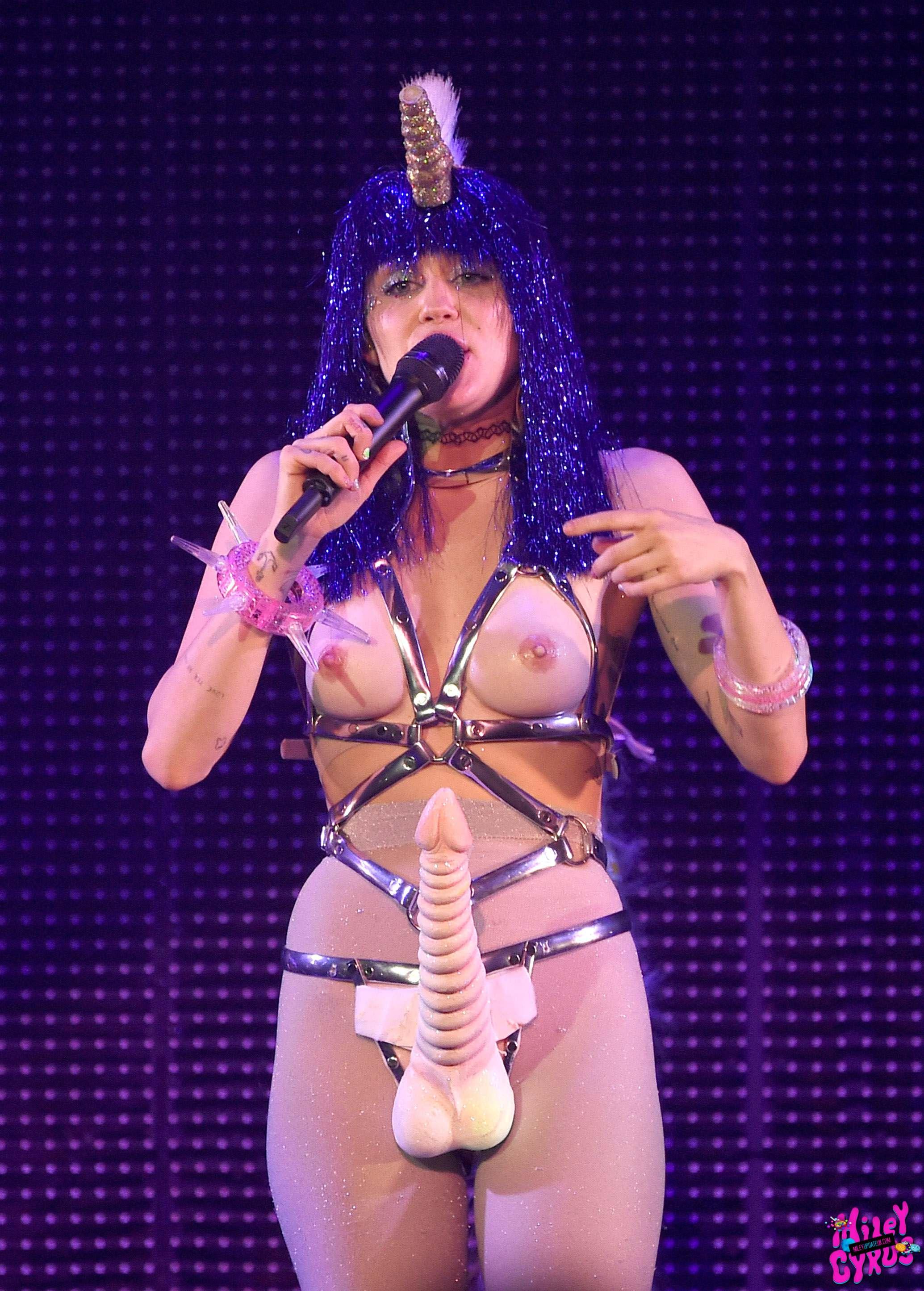 Miley-Cyrus-Sexy-Photos-10