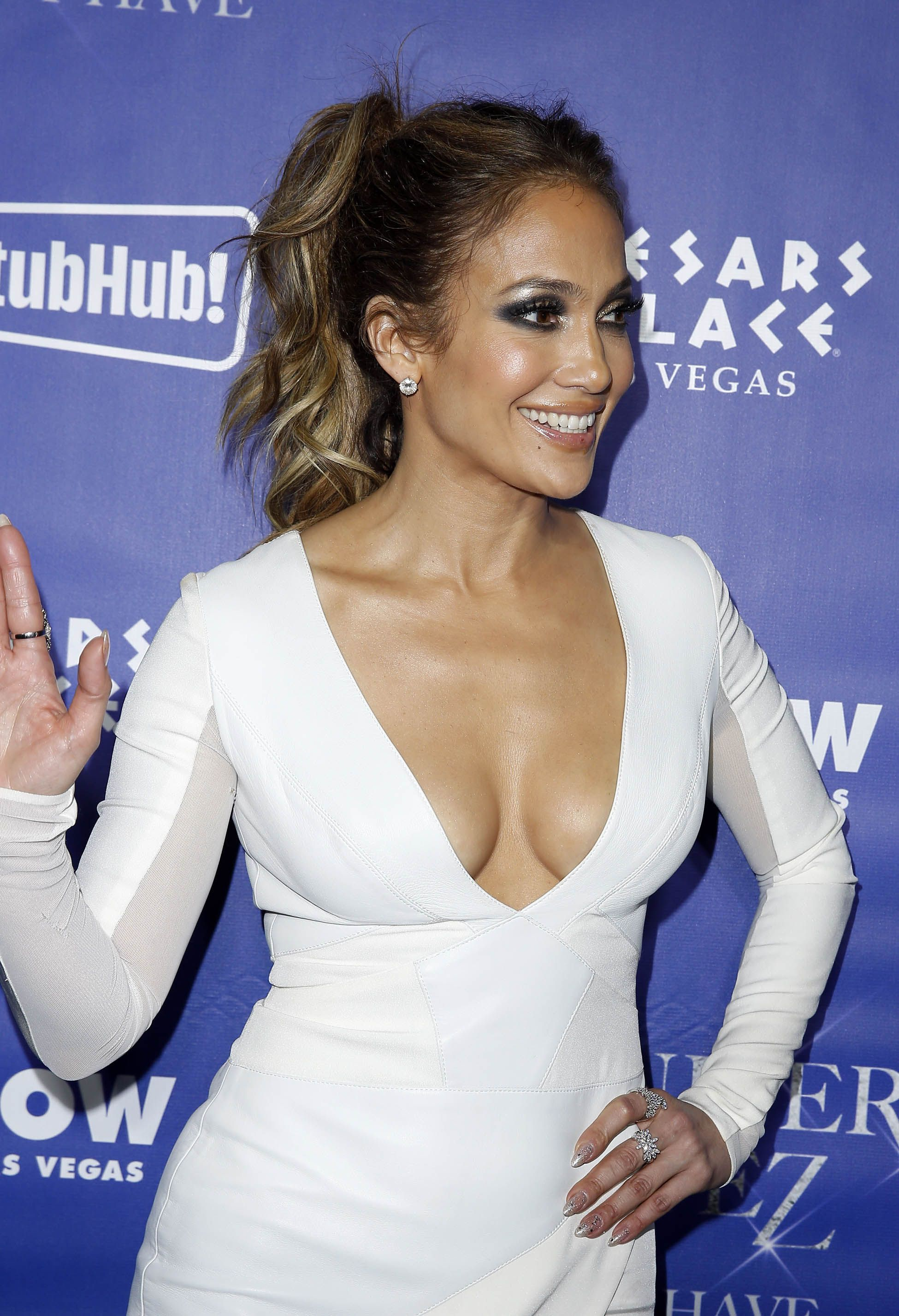 Jennifer-Lopez-Cleavage-43