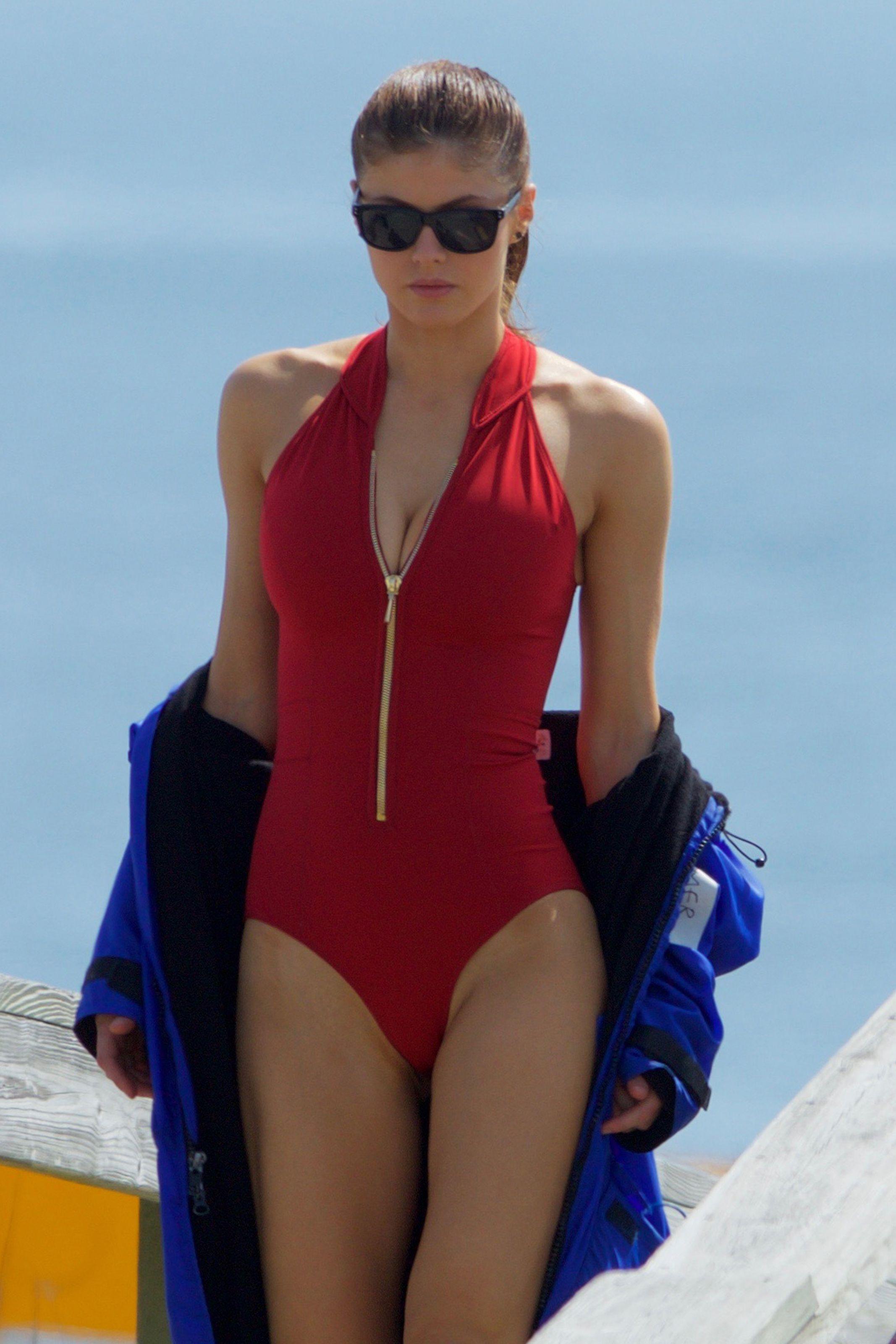 Alexandra-Daddario-Sexy-9