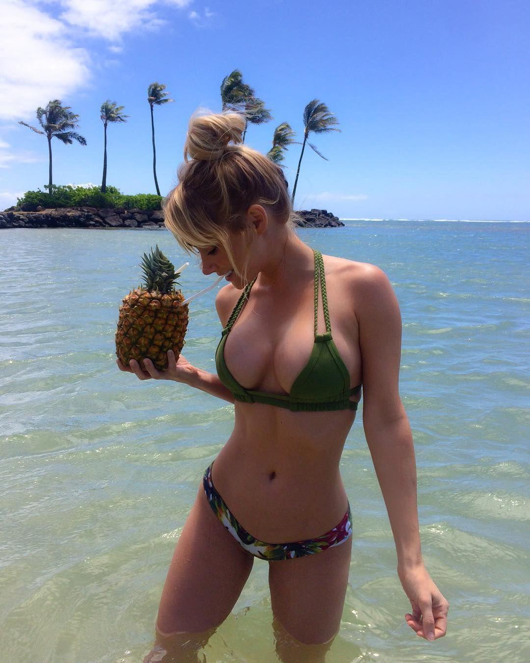 Sara-Jean-Underwood-in-a-Bikini-4