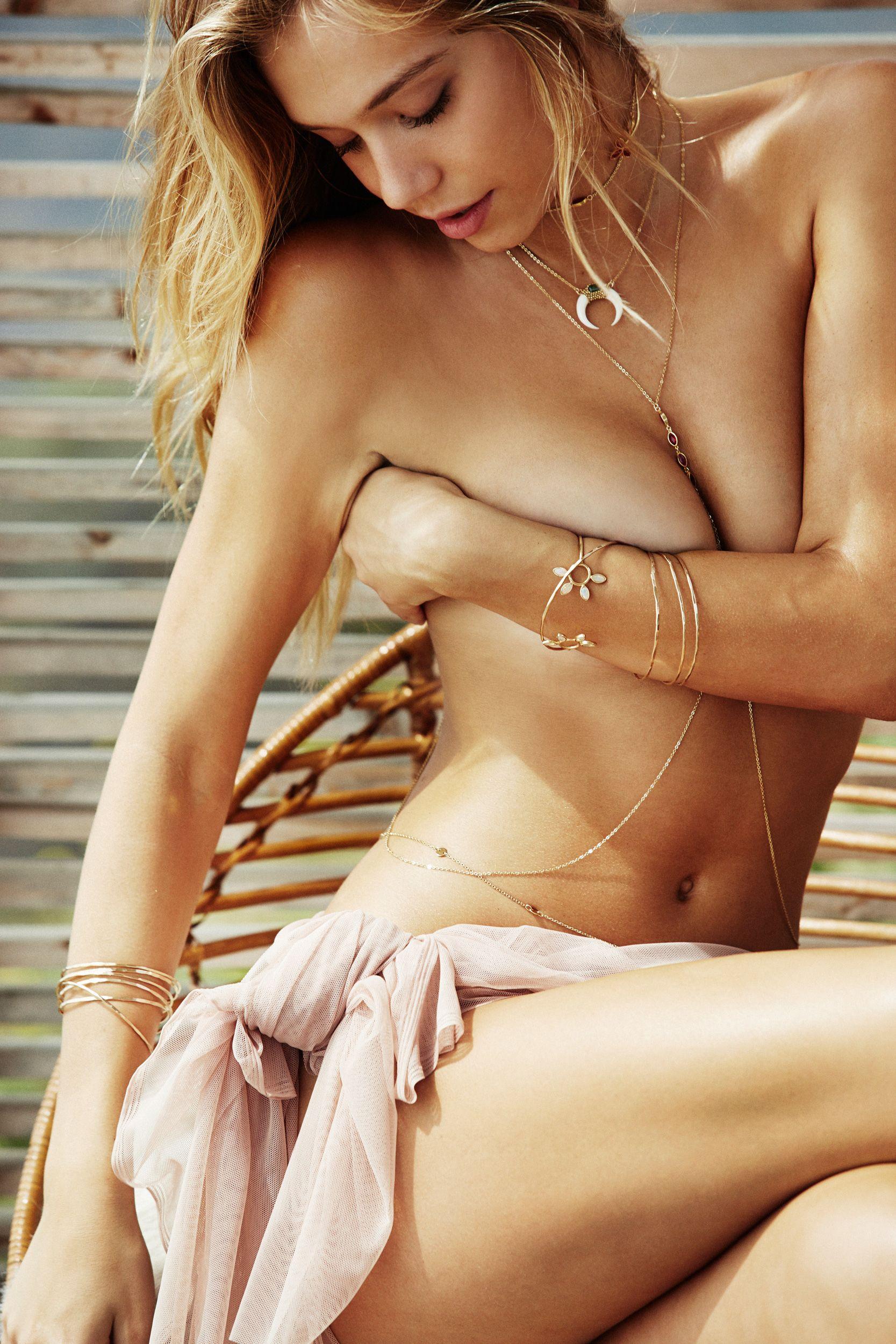 Alexis-Ren-Sexy-Topless-16 (1)