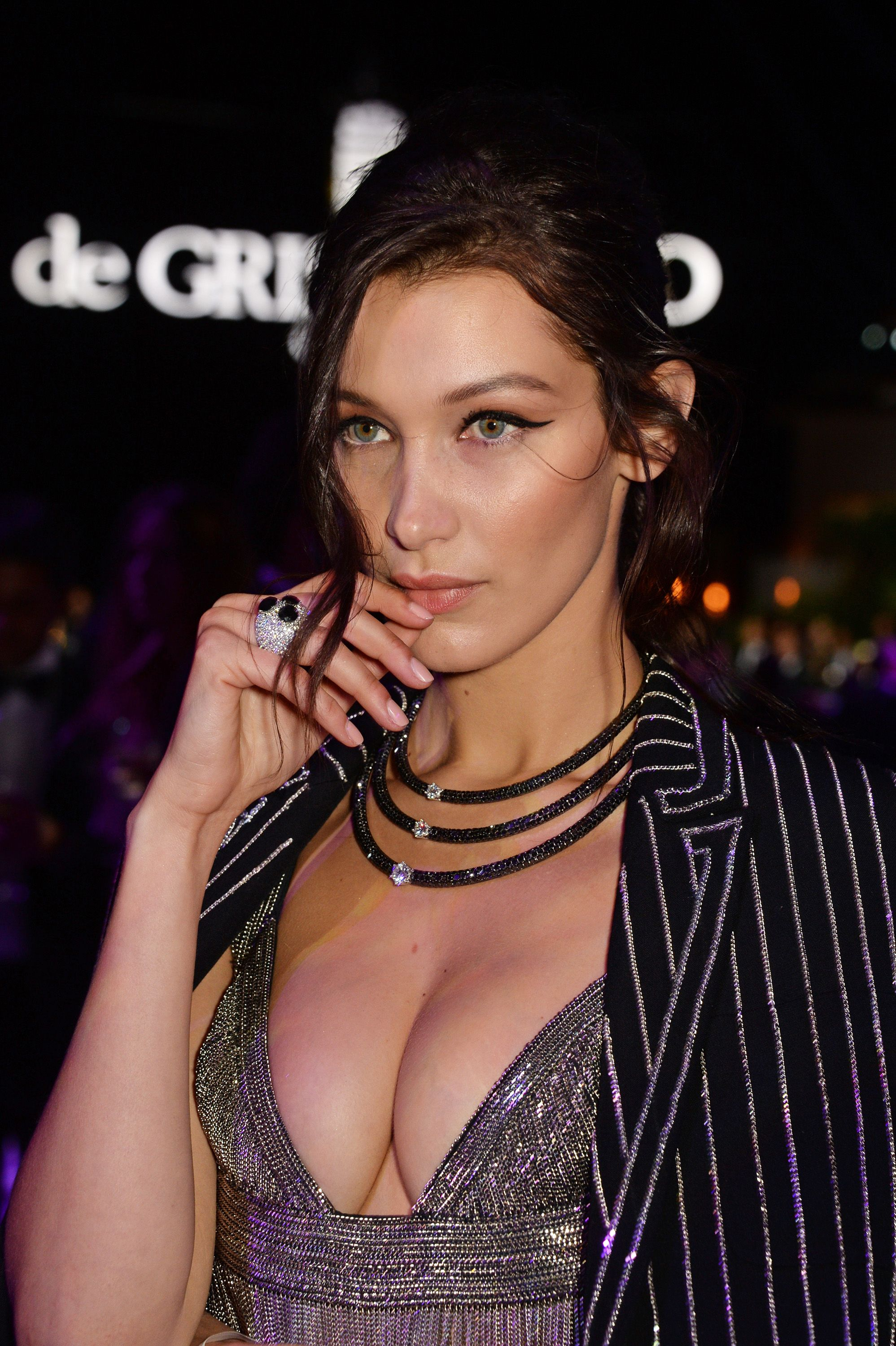 Bella-Hadid-Cleavage-9