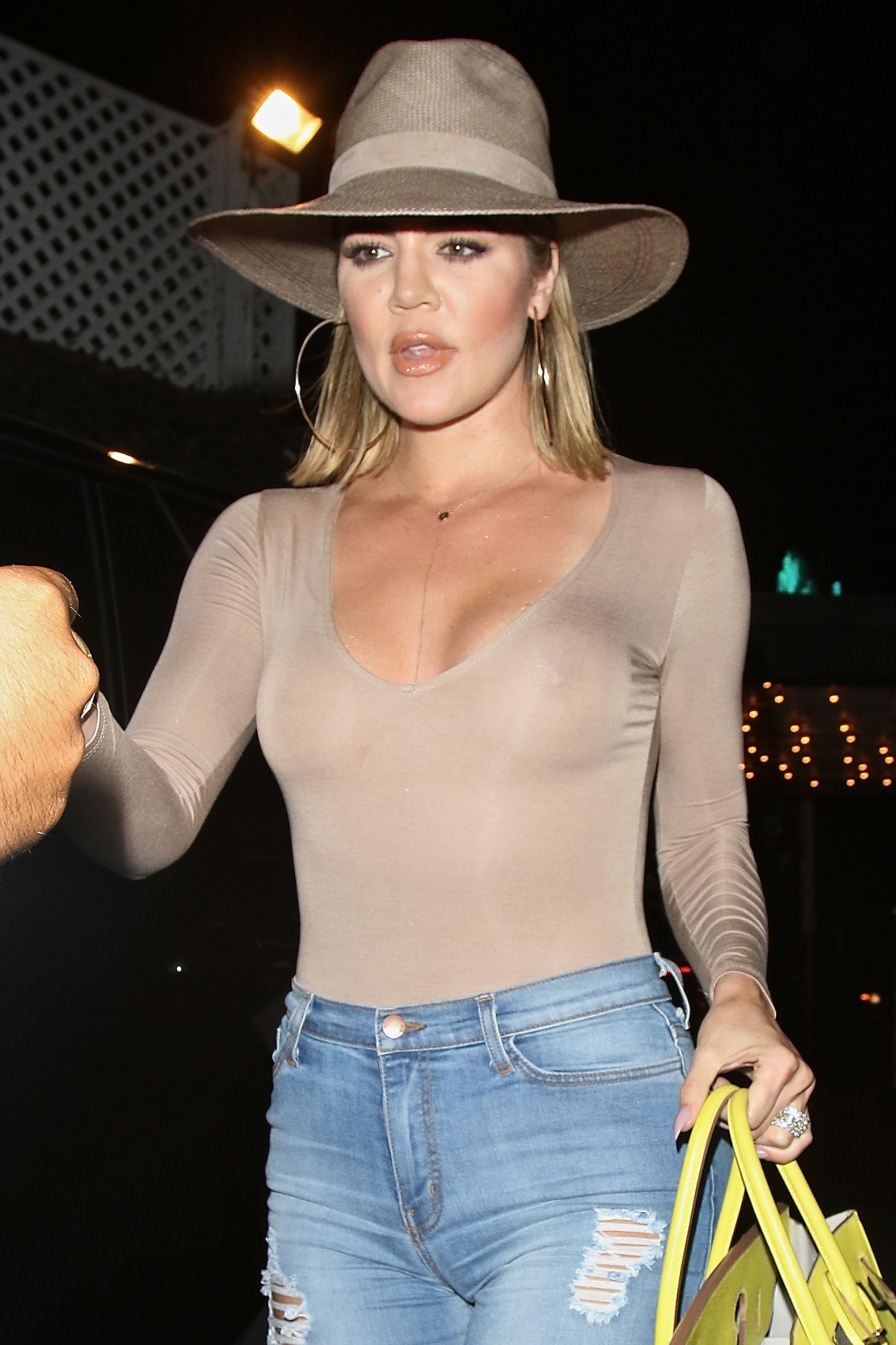 Khloe-Kardashian-Braless-6-1