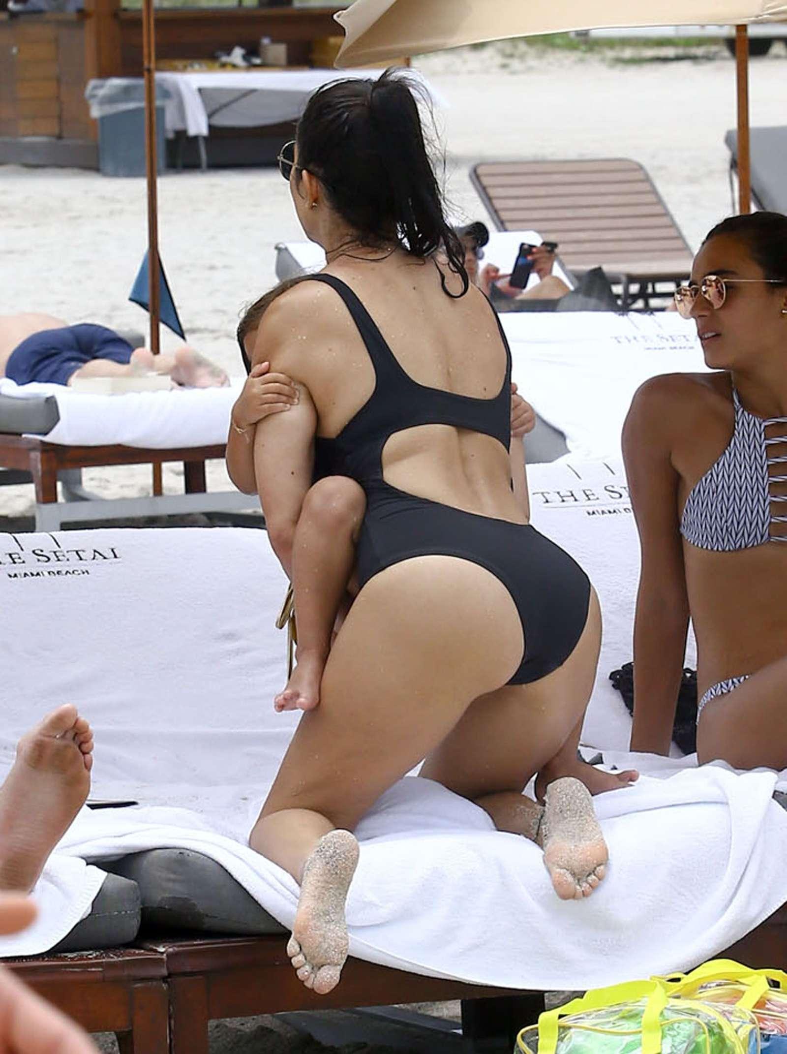 Kourtney-Kardashian-Sexy-1